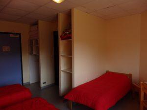 Elle est également équipée d'une table, d'espaces de rangement et adaptée à l'accueil de personnes à mobilité réduite