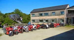 Motos devant le bâtiment de Ti Menez Are