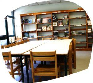Une bibliothèque et plusieurs salles d'activités et de réunion
