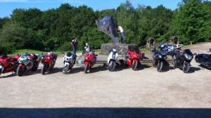 séjour adultes motos devant la statue de Ti Menez Are